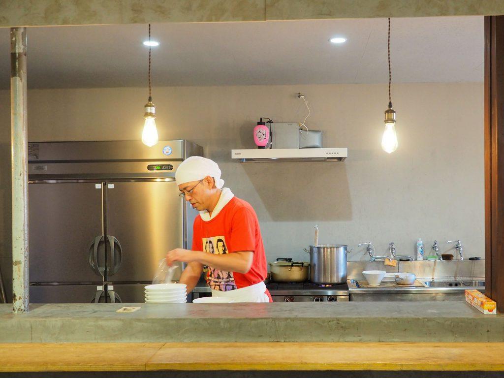 吉見製麺所の店主がラーメンをつくるシーン